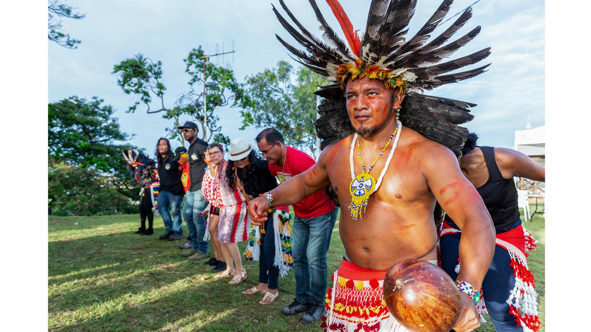 Des personnes participent à une danse traditionnelle, à l'occasion de la Journée internationale des Peuples indigènes de Guyane, le 9 août 2018, à Cayenne.