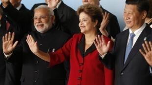 A presidente Dilma Rousseff, entre o primeiro-ministro indiano, Narendra Modi (E), e o presidente chinês, Xi Jinping, nesta quarta-feira, em Brasília, durante o segundo dia da cúpula do Brics, em Brasília.