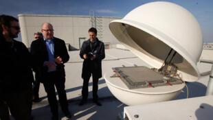 Un spécialiste de l'Organisation du Traité d'interdiction complète des essais nucléaires, qui siège à l'ONU à Vienne,  montre le fonctionnement d'une station de mesure de radiation sur le toit du bâtiment, le 22 mars 2011.