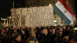 匈牙利民眾在布達佩斯示威抗議政府實施新憲法,2012年1月2日。