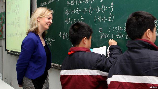 2014年前英國教育大臣伊麗莎白•特拉斯在中國觀摩數學教學