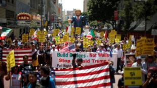 Manifestación contra Donald Trumpo en  Los Angeles, el 1° de mayo de 2016.