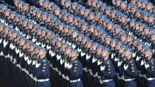 Des soldats russes défilent sur la place Rouge, le 9 mai 2015 à Moscou.