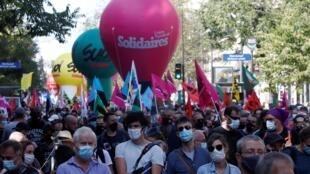 La manifestation contre les suppressions d'emplois et pour les augmentations de salaire ce jeudi 17 septembre à Paris.