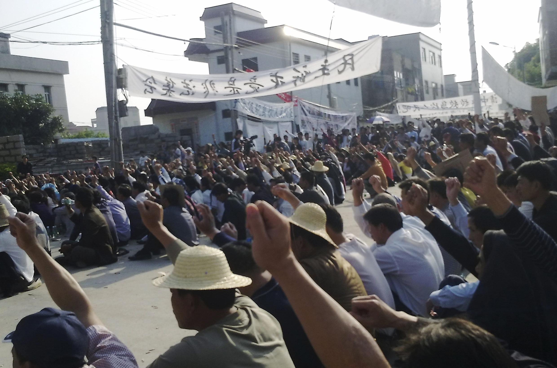 Dân làng Ô Khảm biểu tình phản đối trưng thu đất đai, ngày 15/12/ 2011