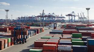Containers no porte de Hamburgo, no norte da Alemanha. O recuo das exportações, principal pilar da economia alemã, explica em grande parte o PIB negativo no segundo trimestre de 2019.