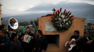 危地馬拉民眾為救援隊成員葬禮吹奏音樂
