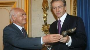 Jean-Christophe Rufin (d) présente son épée d'académicien à un autre « immortel », l'historien Pierre Nora, le 3 novembre 2009.