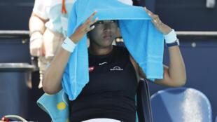 La Japonaise Naomi Osaka, lors d'une pause au cours de son quart de finale contre la Grecque Maria Sakkari, le 31 mars 2021 à l'Open de Miami