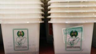 Les urnes prévues pour le scrutin du 16 février au Nigeria ont été rangées après l'annonce du report des élections d'une semaine.