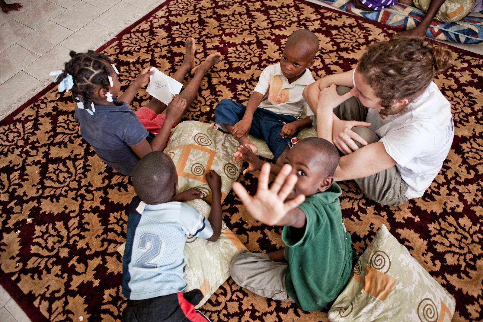 Action de Bibliothèques sans frontières dans un camp près de Port-au-Prince, en décembre 2010.