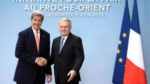 Le secrétaire d'Etat John Kerry, médiateur malheureux des négociations israélo-palestiniennes en 2013 et 2014, était présent ce 3 juin 2016 à la réunion de Paris, ici en compagnie du chef de la diplomatie française Jean-Marc Ayrault. .