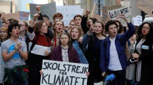 La jeune militante environnementale suédoise Greta Thunberg (c), en tête de la manifestation des jeunes pour le climat, le 22 février 2019 à Paris.