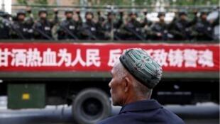 中國警方在新疆境內執勤資料圖片