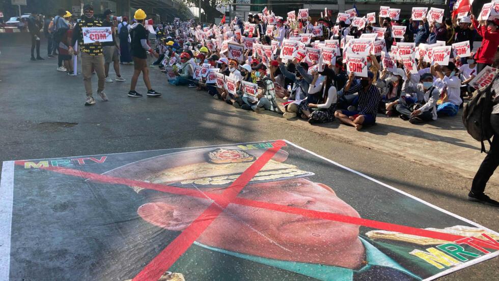 2月14日仰光街头国防军总司令敏昂莱的头像在地上被画上红叉