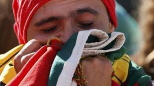 Torcedor português chora depois da eliminação do seu país nesta quinta-feira, 26 de junho de 2014.