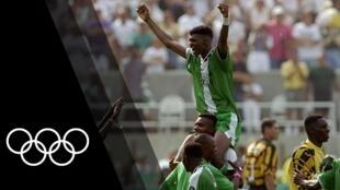 Nwanko Kanu akisherehekea baada ya Nigeria kushinda fainali ya Michezo ya Olimpiki mwaka 1996