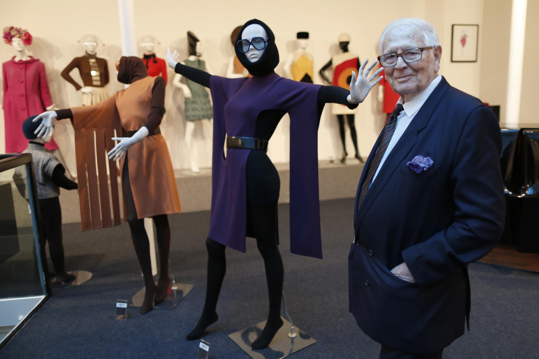 Pierre Cardin dans son musée « Passé-Présent-Futur » qui vient d'ouvrir le 13 novembre 2014 à Paris et qui montre 60 ans de ses créations de mode.