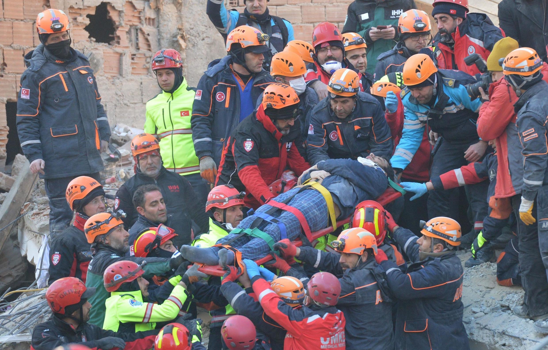 Les sauveteurs sont à pied d'oeuvre pour évacuer les victimes du séisme qui a secoué l'est de la Turquie vendredi soir: Elazig, samedi 25 janvier 2020.