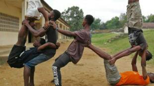 Les six acrobates de la compagnie Ivoire cirque décalé en plein entraînement.