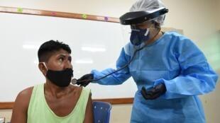 Exame médico de um indígena em Atalaia do Norte (AM), em 20 de junho de 2020.