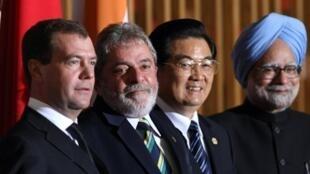 De gauche à droite : Dmitri Medvedev, Luiz Inacio Lula da Silva, Hu Jintao et Manmohan Singh