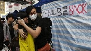Deux militantes pro-démocratie dans le quartier d'Admiralty, le 11 décembre 2014 à Hong Kong.
