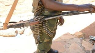 Un membre de l'ancienne rébellion Seleka pose avec son arme à Bambari, en mai 2015.