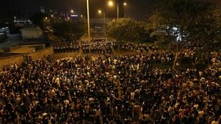 Milhares de manifestantes pró-democráticos se concentram diante da sede do governo em 2 de outubro de 2014.