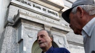 Nguời về hưu chờ lãnh trợ cấp trước một chi nhánh Ngân hàng Quốc gia ở Athens, 16/07/2015.