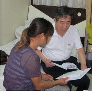 前中国卫生部官员陈秉中与河南输血感染艾滋病受害者赵凤霞。