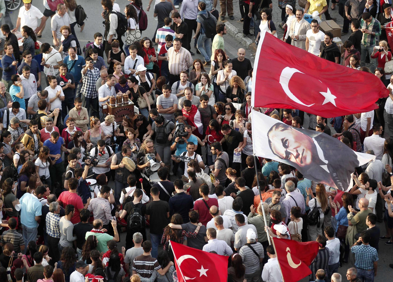 Dân Thổ Nhĩ Kỳ kêu gọi xuống đường hôm nay 08/06/2013 tại quảng trường Taksim, Istanbul (REUTERS /O. Orsal)