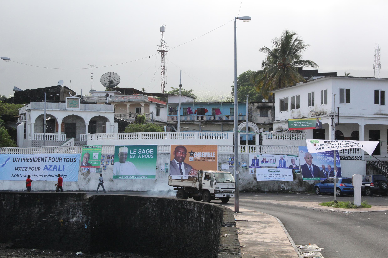 Des affiches de campagne à Moroni pour l'élection présidentielle comorienne.