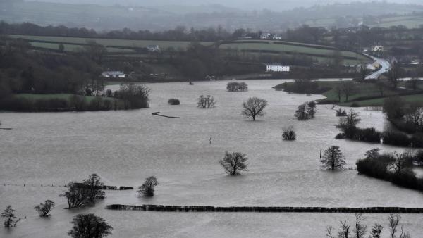 Inundação provocada pelo transbordamento de um rio próximo da localidade de St Clears, no País de Gales, na Inglaterra.
