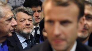 Le président français Emmanuel Macron, et l'ancien ministre Jean-Louis Borloo derrière lui, lors d'une visite à Clichy-sous-Bois le 13 novembre 2017.