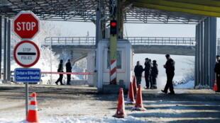 Des policiers en position à un poste frontière entre le Kosovo et la Serbie (photo d'illustration).