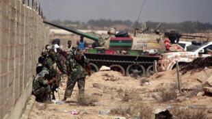 Forças do novo governo líbio avançam sobre Sirte, bastião de Kadafi.
