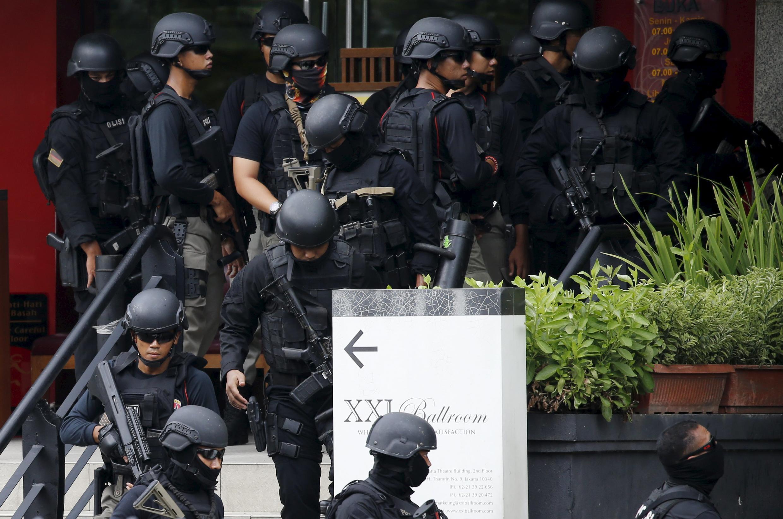 Cảnh sát Indonesia gần một địa điểm bị tấn công khủng bố tại thủ đô Jakarta, ngày 14/01/2016.