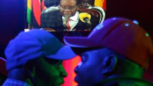 Tổng thống Zimbabwe Robert Mugabe phát biểu trên đài truyền hình, ngày 19/11/2017.
