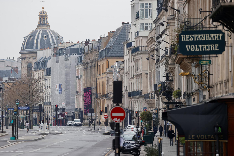 نمائی از خیابان «ولتر» در کنار رودخانۀ «سِن» در پاریس که در پی اعلام ممنوعیت رفت و آمد کاملاً خلوت شده است