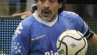 Diego Maradona trên sân cỏ Buenos Aires. Ảnh ngày 16/10/2014.