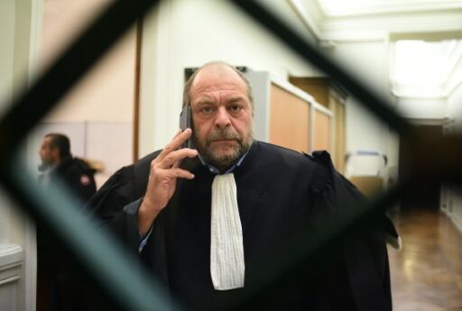L'avocat Eric Dupond-Moretti au téléphone lors d'un procès en cour d'assises, le 19 janvier 2016 à Paris