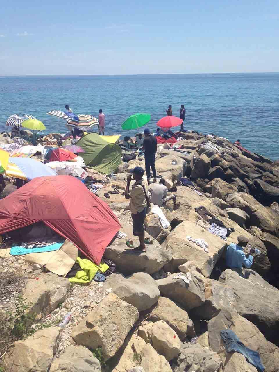 Migrantes en la costa italiana cercana a Ventimiglia.