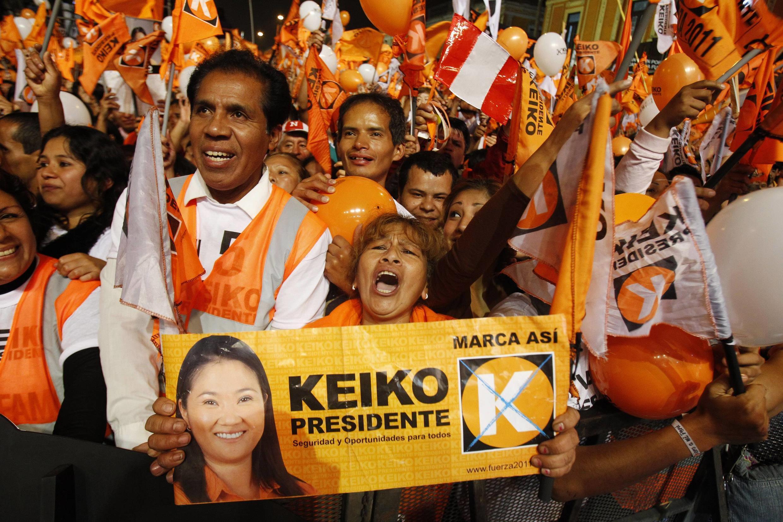 Apoiadores de Keiko Fujimori fazem campanha no último comício antes do pleito, na quinta-feira.