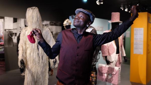 Eric Androa Mindre Kolo, artiste-plasticien, performeur, vidéaste et co-commissaire de l'exposition « Kinshasa Chroniques ».