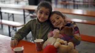 Deux fillettes syriennes dans un centre d'accueil pour réfugiés à Hamm, en Rhénanie-du Nord-Westphalie, le lundi 7 septembre 2015.