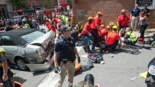 Uma mulher é objecto dos primeiros socorros depois de  um carro ter atropelado os manifestantes  anti-racistas em Charlottesville. 12 de Agosto de 2017