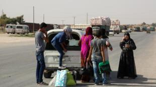 Membros da polícia curda YPG reunidos em uma rua na cidade síria de Hasakeh.