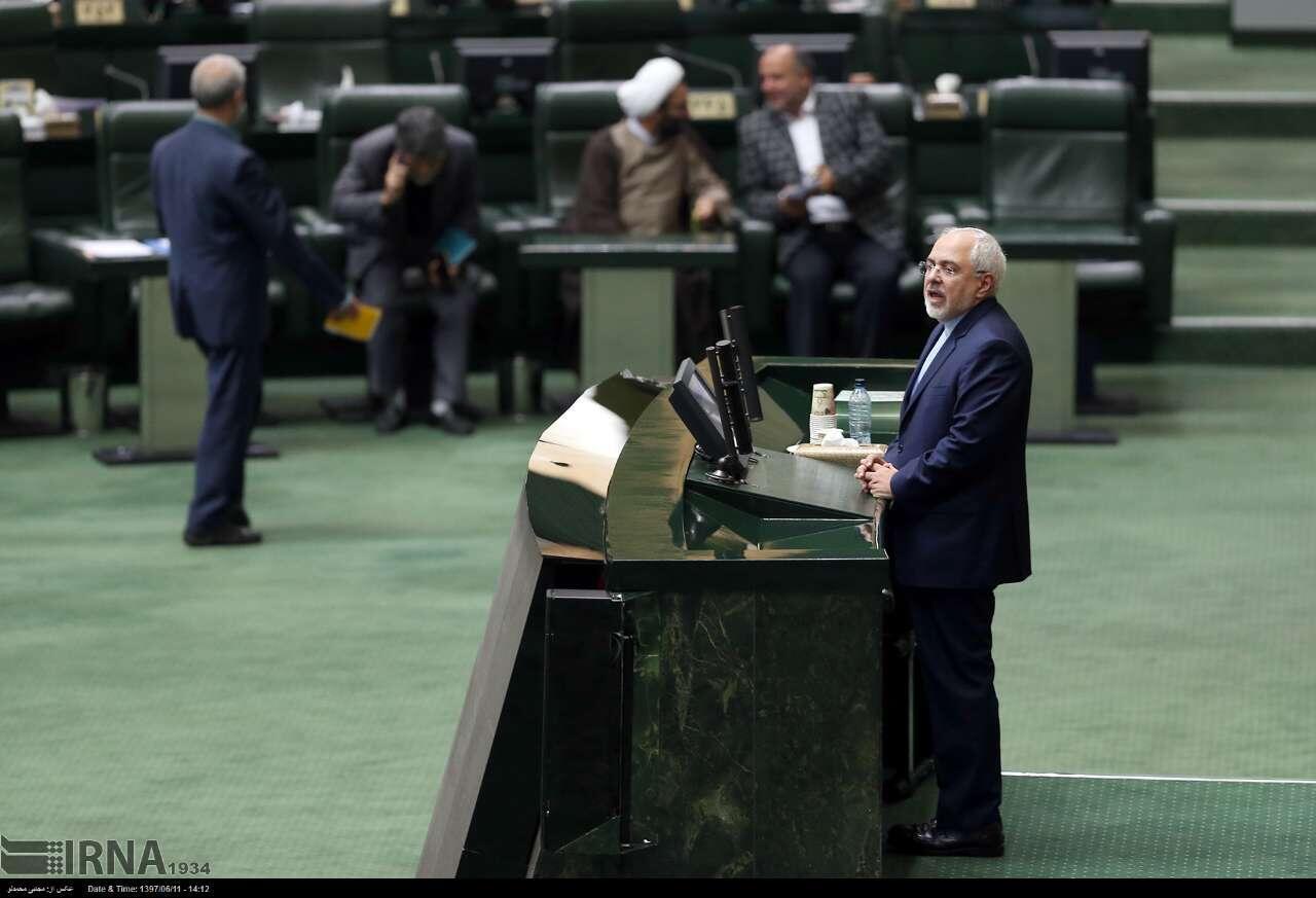 محمد جواد ظریف وزیر امور خارجۀ ایران، در مجلس شورای اسلامی حضور یافت و به پرسشهای نمایندۀ محافظهکار مشهد پاسخ گفت.