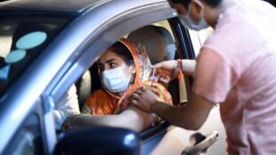 Una automovilista recibe una dosis de la vacuna Sinopharm en Lahore (Pakistán), el 10 de junio de 2021